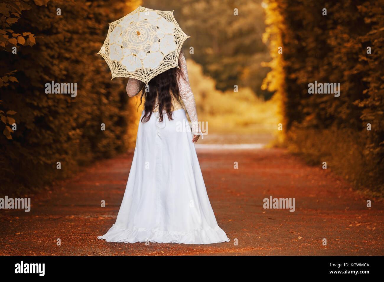 Misteriosa donna in abito vittoriano con retro Foto Stock