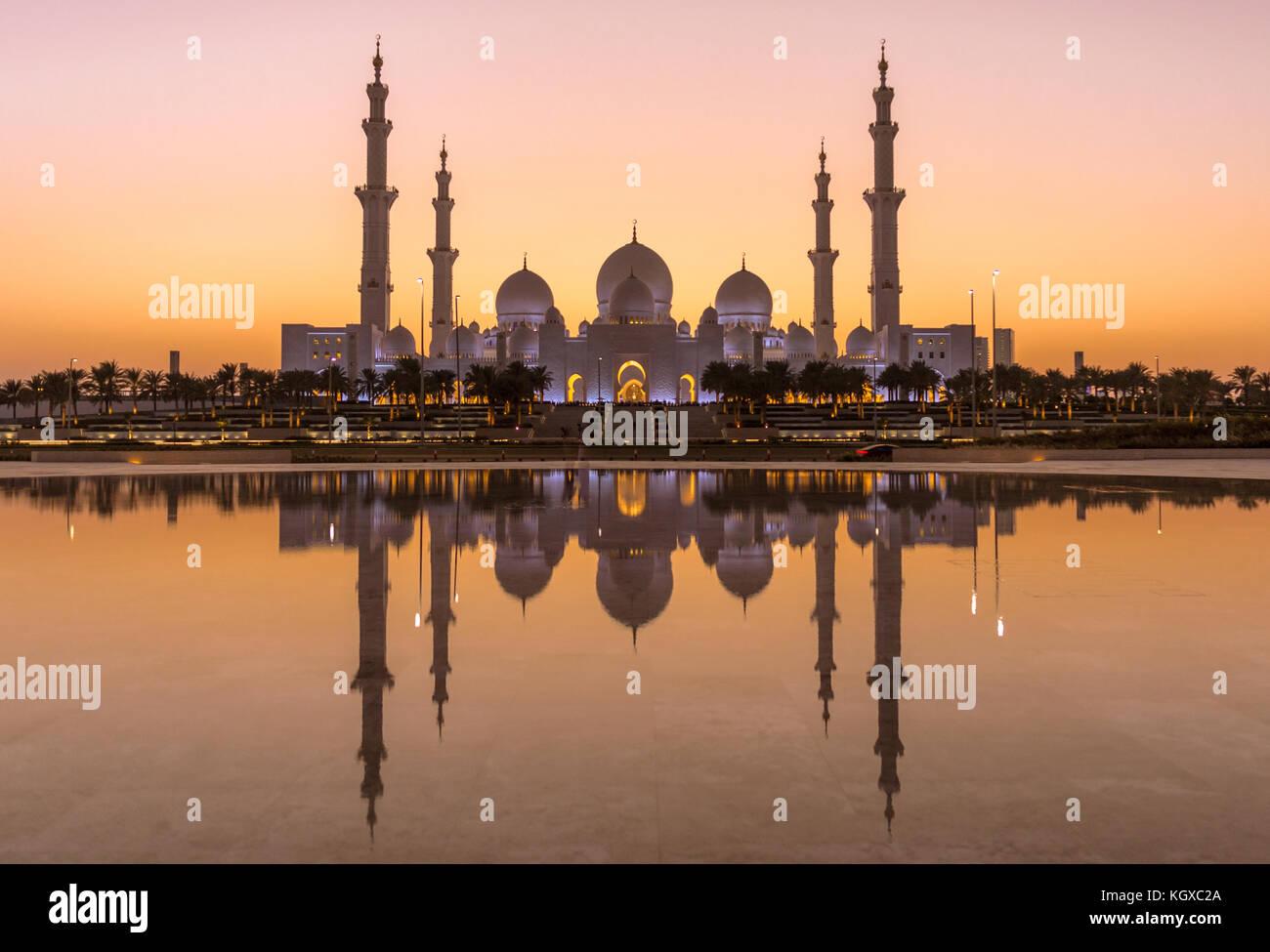 Lo sceicco Zayed Grande Moschea di Abu Dhabi dopo il tramonto Immagini Stock