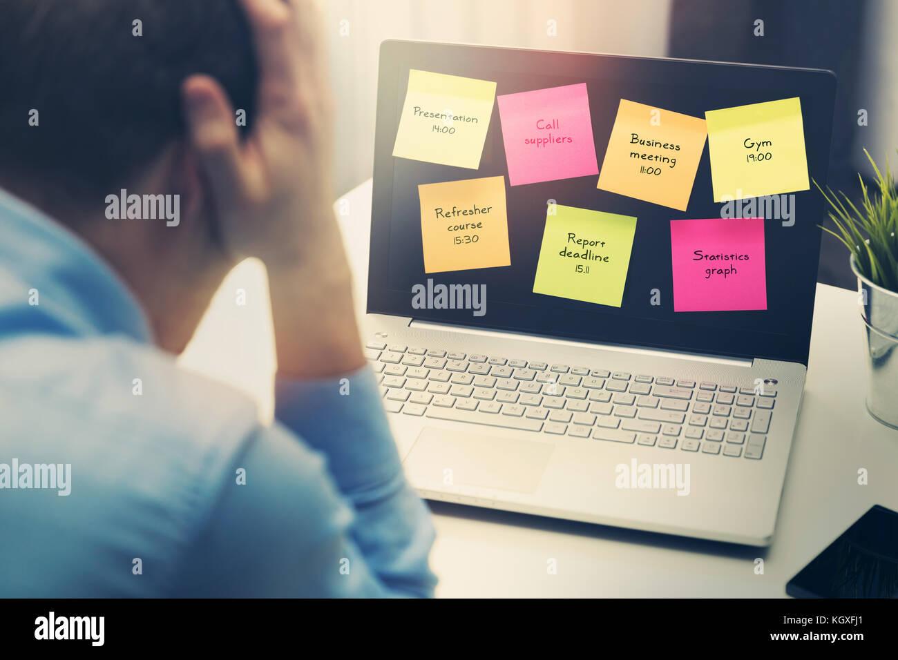 Imprenditore occupato sotto stress a causa di un eccessivo lavoro in ufficio Immagini Stock