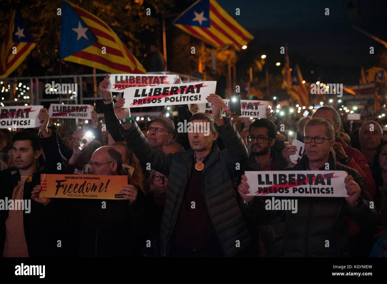 Barcellona, Spagna. 11 novembre 2017. Le associazioni e i partiti politici del movimento per l'indipendenza hanno chiesto una marcia per protestare contro le detenzioni carcerarie del governo catalano estenuato. Credit: Charlie Perez/Alamy Live News Foto Stock