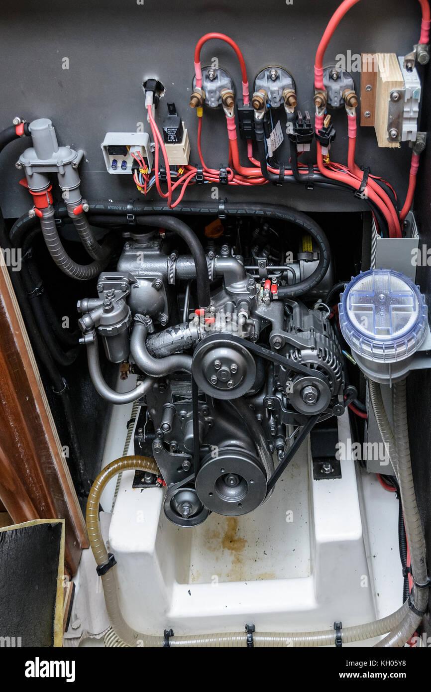 Il motore di una barca a vela con cavi, cinturino, raffreddamento Immagini Stock