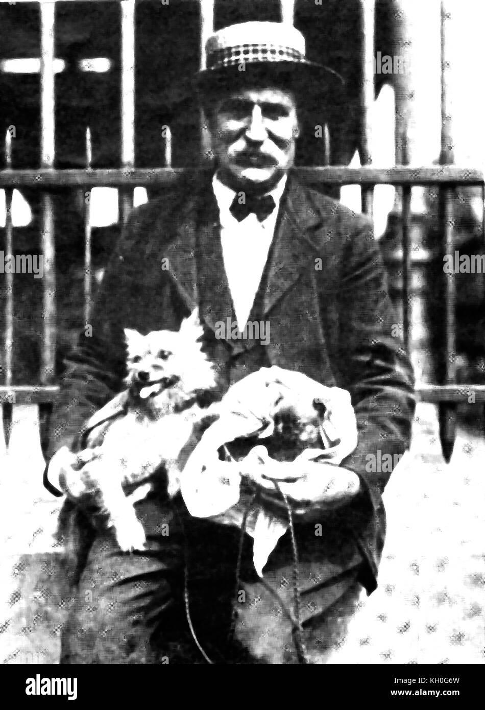 Cappello di paglia - un uomo in Francia con il suo giro cani indossa il  tipico ebc60d390eec
