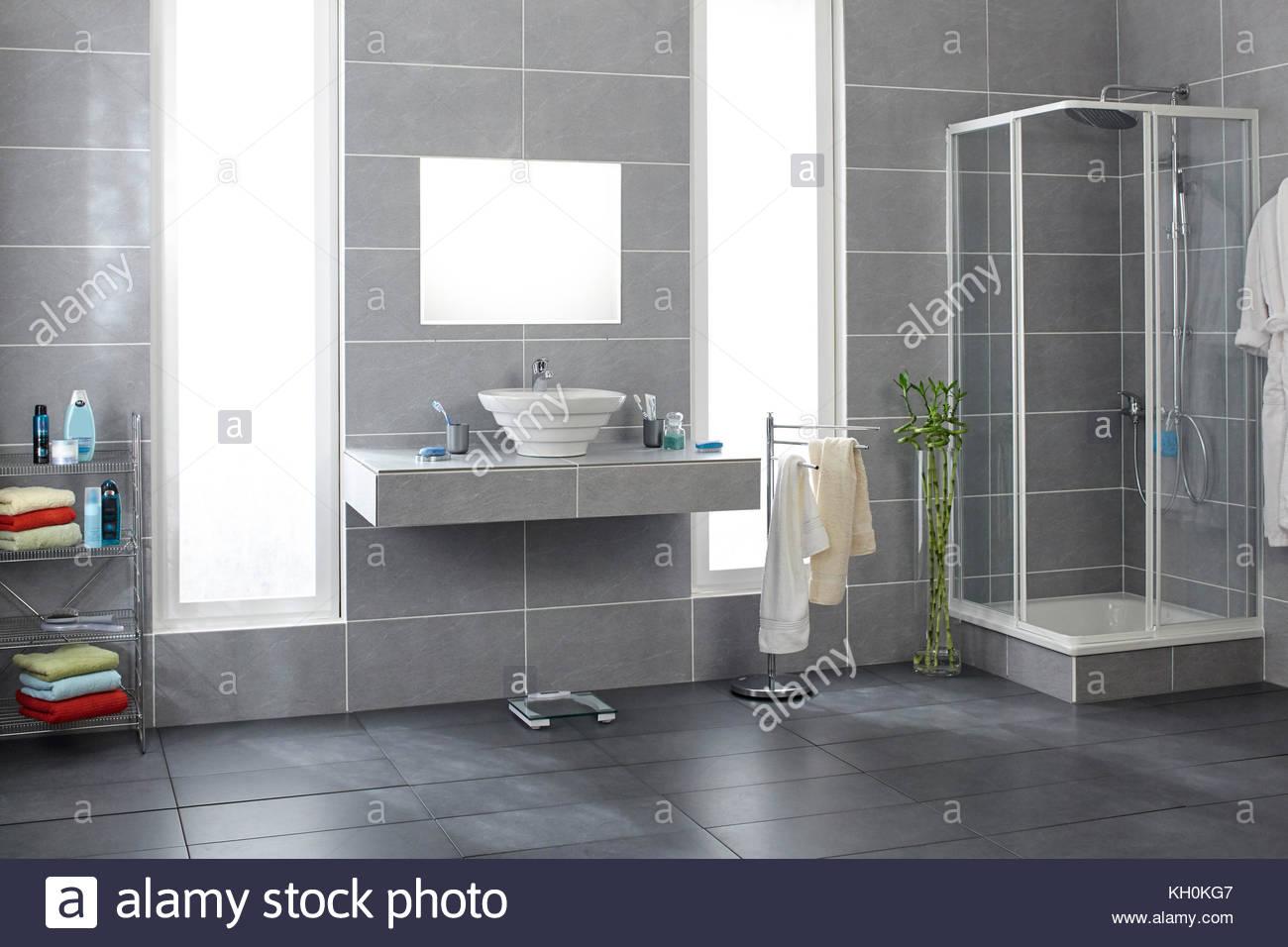Bagno con piastrelle grigie foto & immagine stock: 165357815 alamy