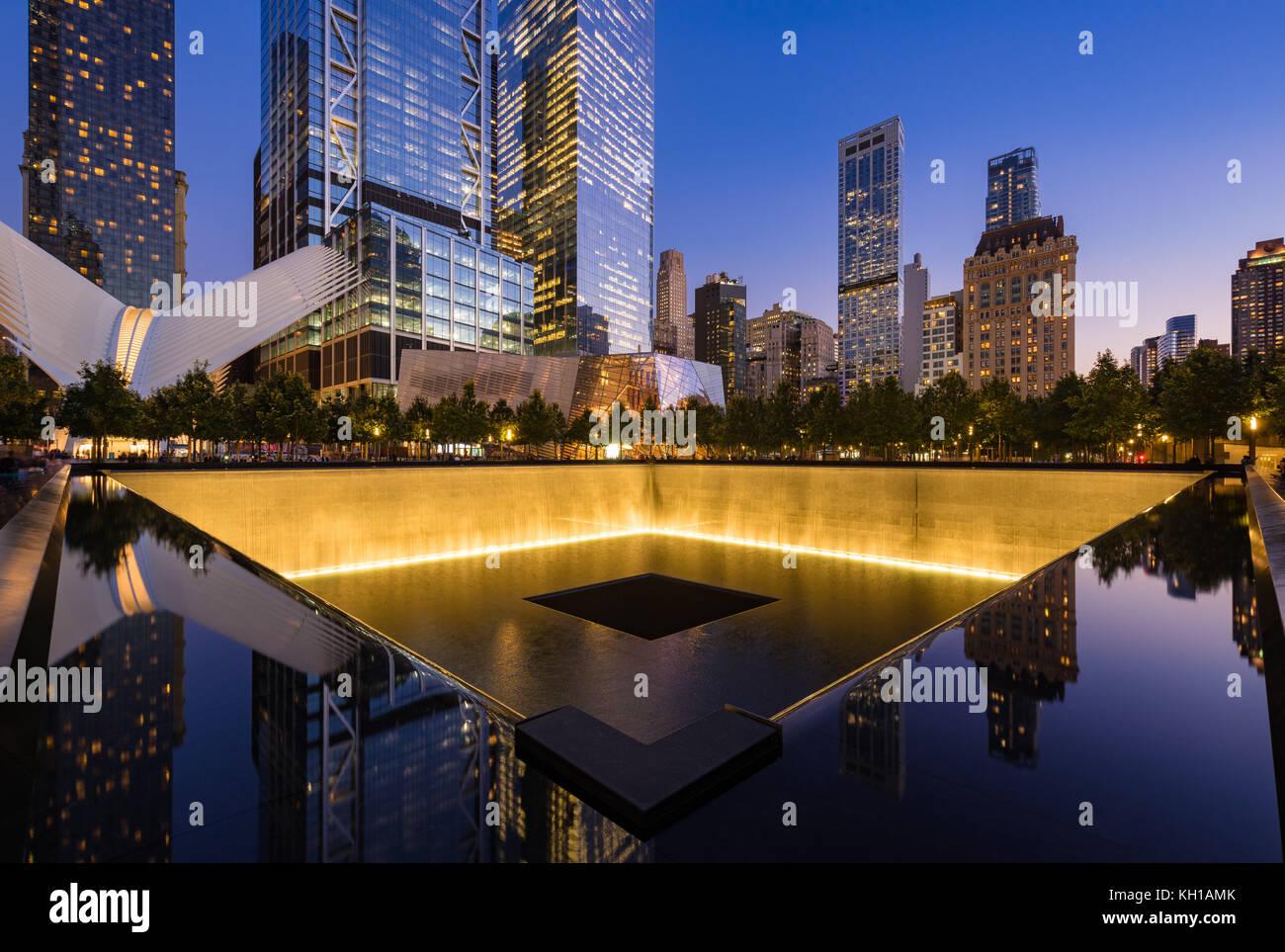 Il Nord Pool riflettente illuminato al crepuscolo con vista del World Trade Center Torre 3 e 4 e l'occhio. La Immagini Stock