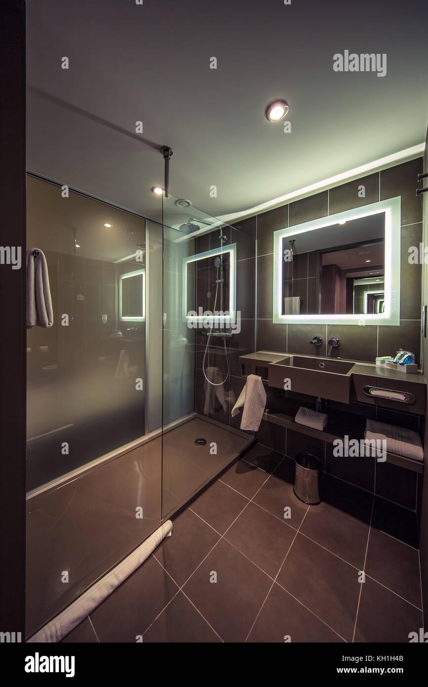Bagni Di Lusso Moderni bagno moderno in un appartamento di lusso foto stock - alamy
