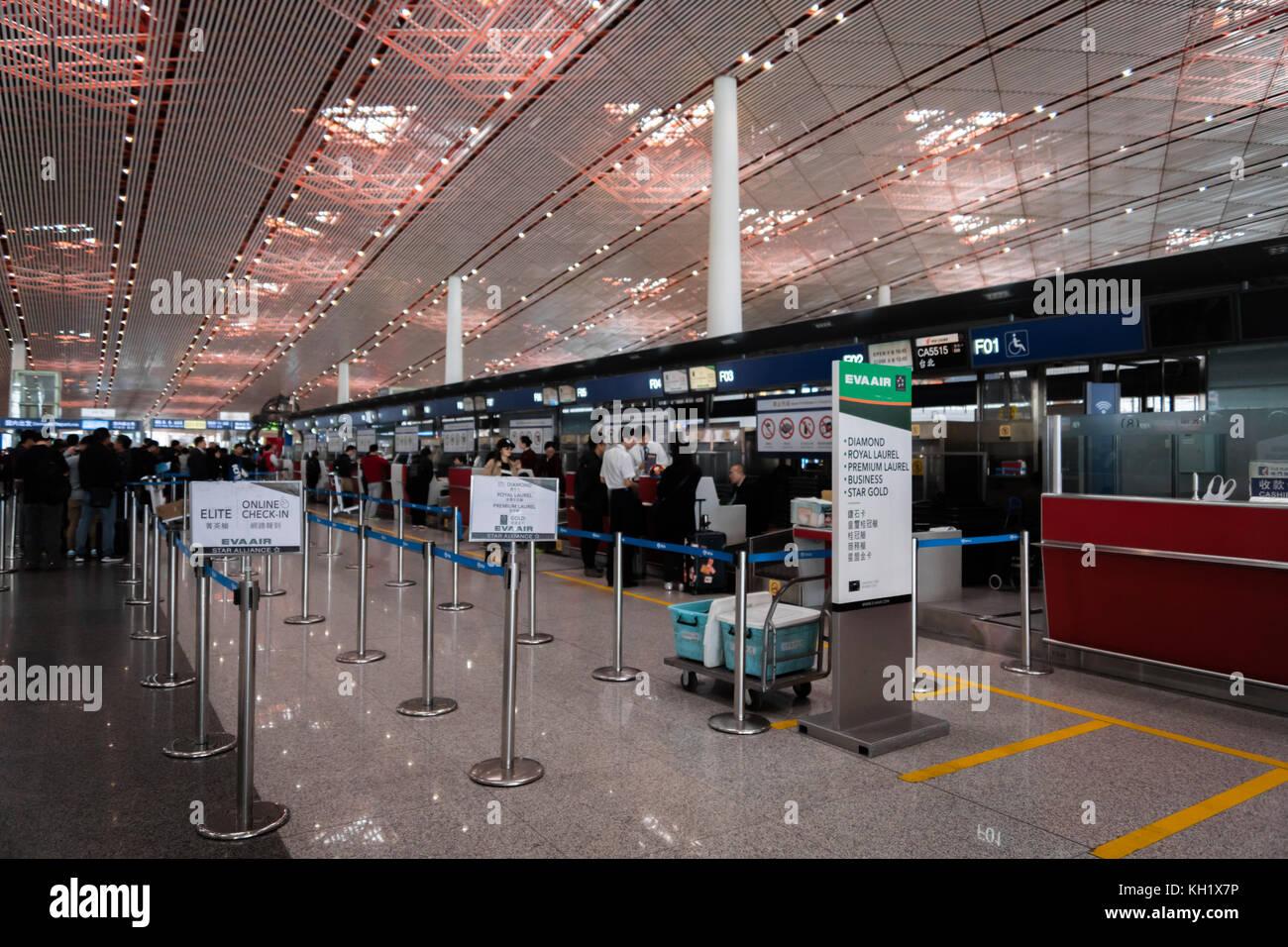 Pechino, Cina - ottobre 2017: eva air al banco check-in all'aeroporto di Pechino in Cina. eva air è un Immagini Stock
