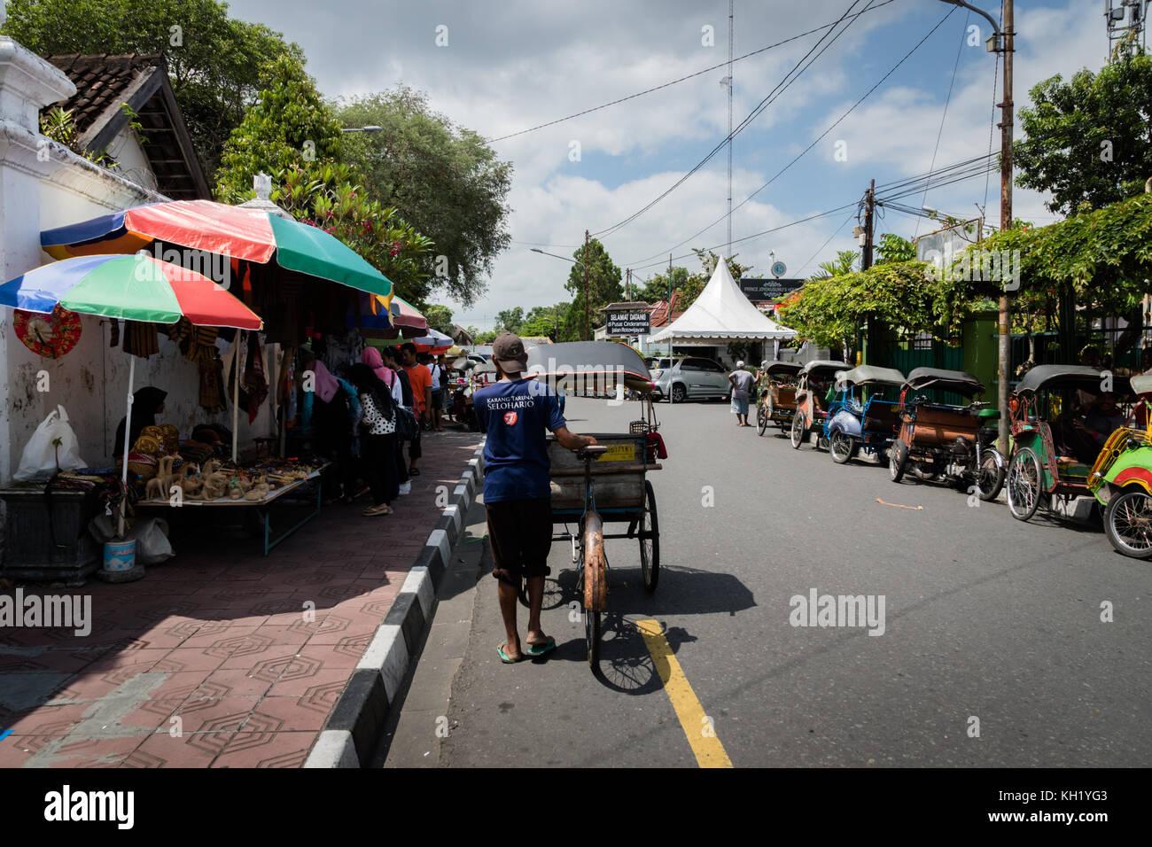Yogyakarta - ottobre 2017: rikshaw tradizionale trasporto su strade di Yogyakarta, java, Indonesia. noleggio rikshaw Immagini Stock