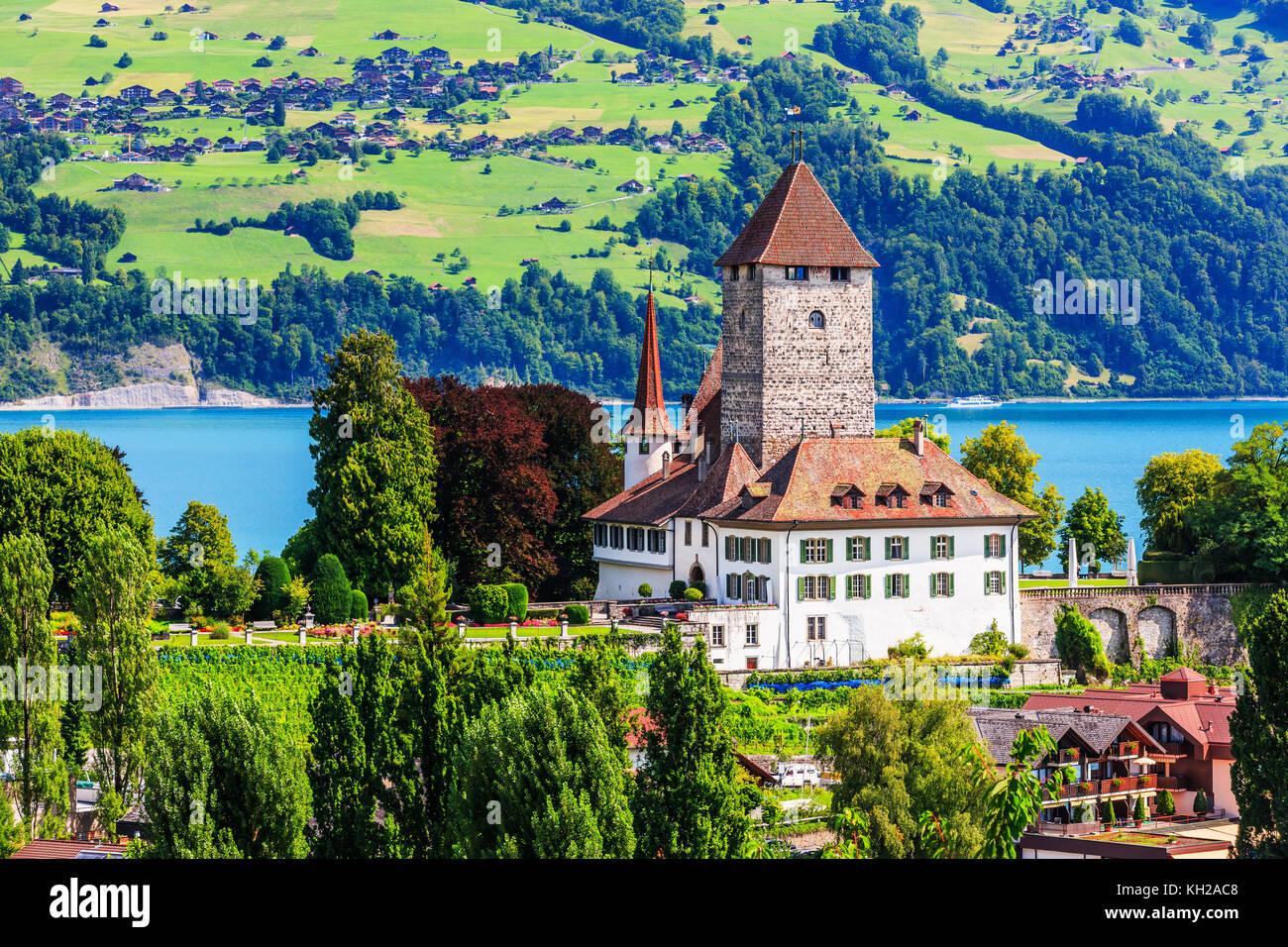 Spiez, Svizzera. Il castello di spiez dal lago di Thun nella Berner Oberland. Immagini Stock