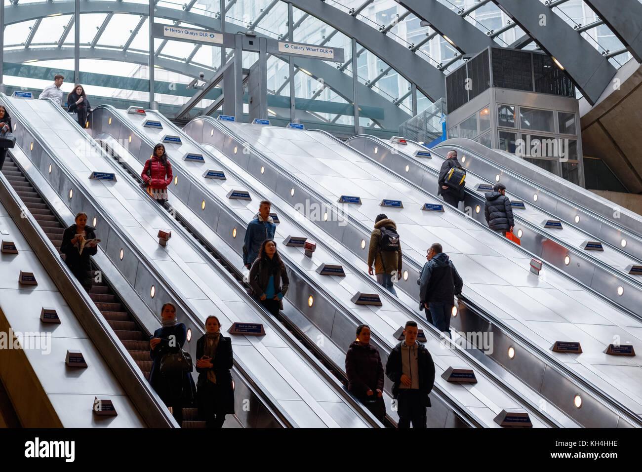 London, Regno Unito - 24 novembre 2017 - l'ingresso della stazione metropolitana canary wharf con pendolari Immagini Stock