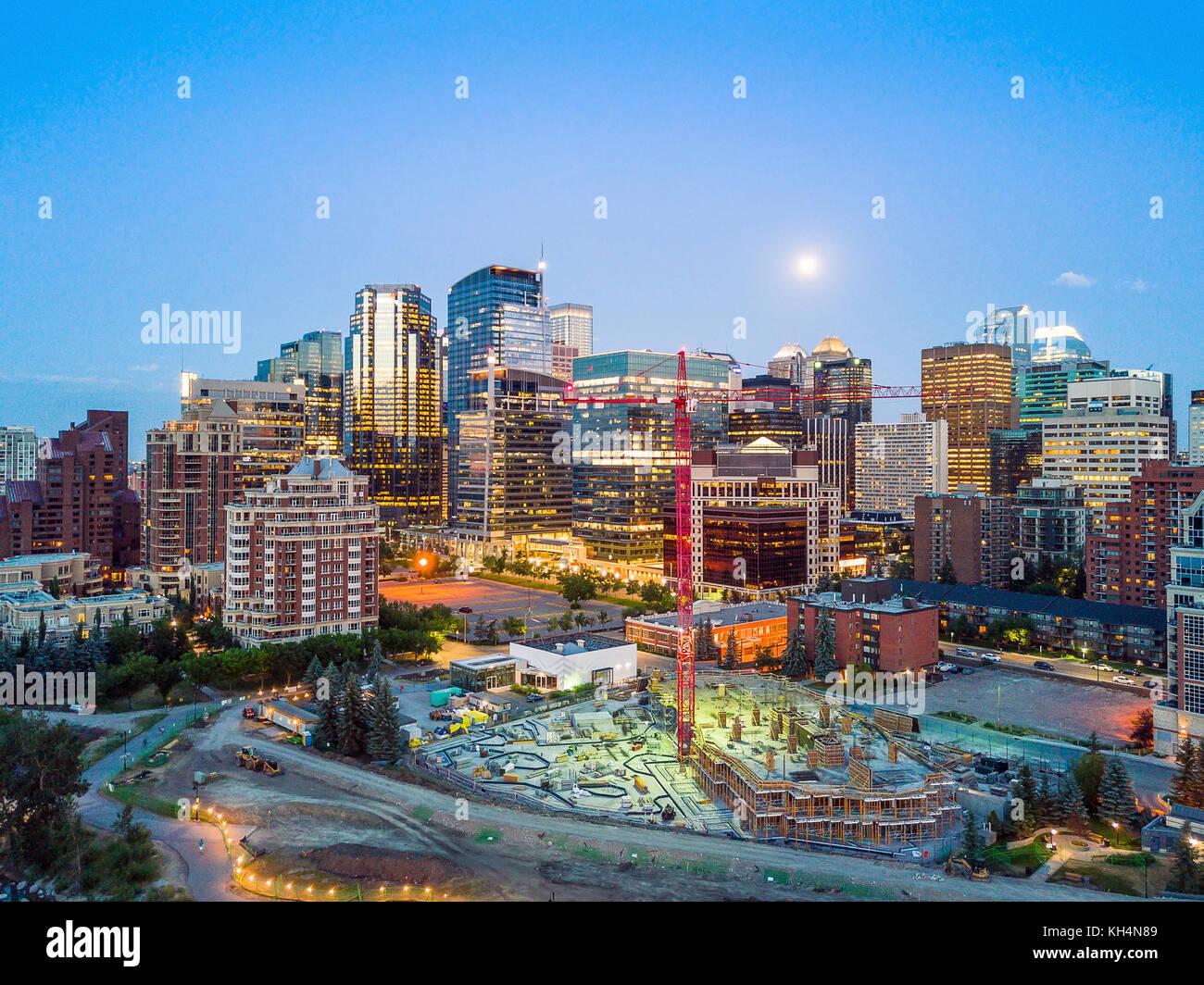 Downtown Calgary con sito in costruzione lungo il fiume, Alberta, Canada Immagini Stock