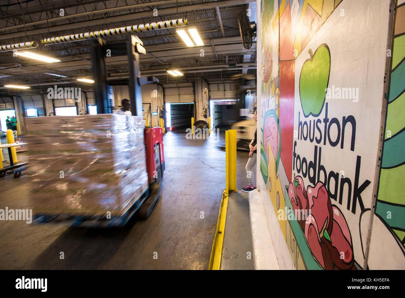 571330c8d3 Un pallet di catastrofe scatole di alimentari escono da houston food bank  magazzino merce viene caricato per la consegna di alimenti riposterie, ...