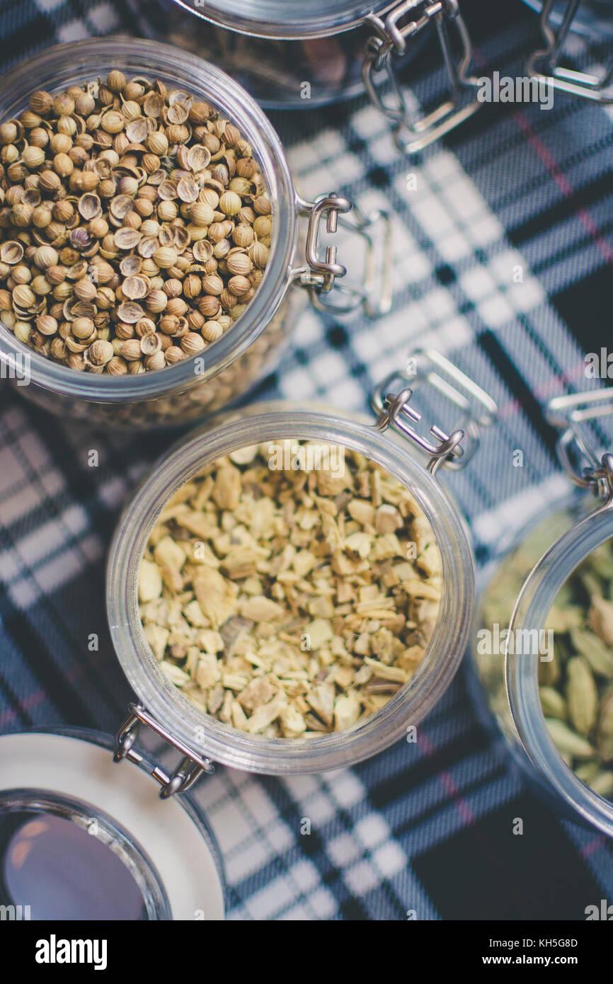 Il whisky e il gin ingredienti: nel vasetto di vetro sul blu e bianco di tartan Foto Stock
