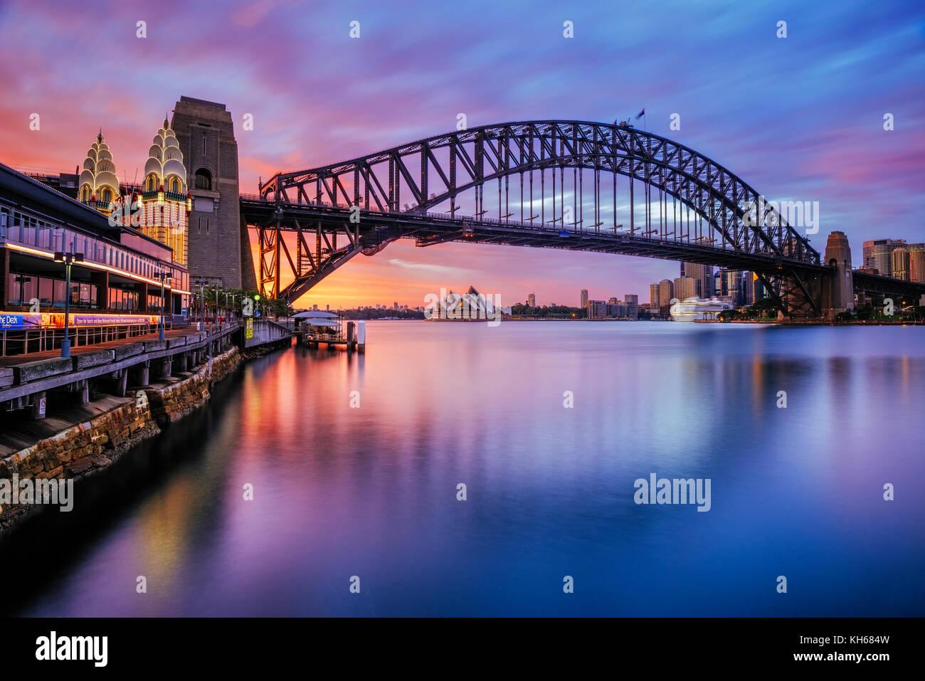 Il Ponte del Porto di Sydney e il Sydney Opera House di Sunrise, Milsons Point, Sydney, Nuovo Galles del Sud, Australia Immagini Stock