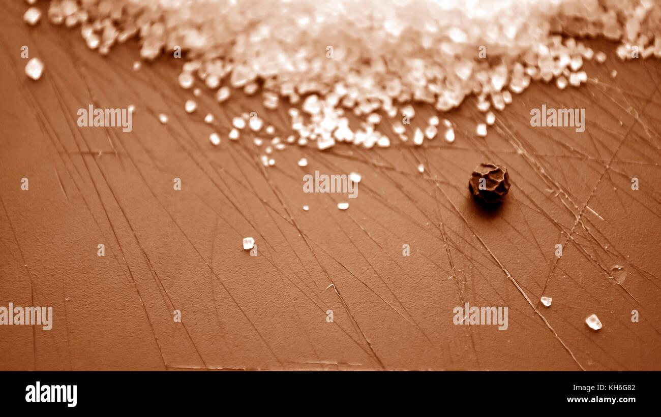 Bastoncini di cannella giacente sul tavolo in cucina. condimento per Immagini Stock