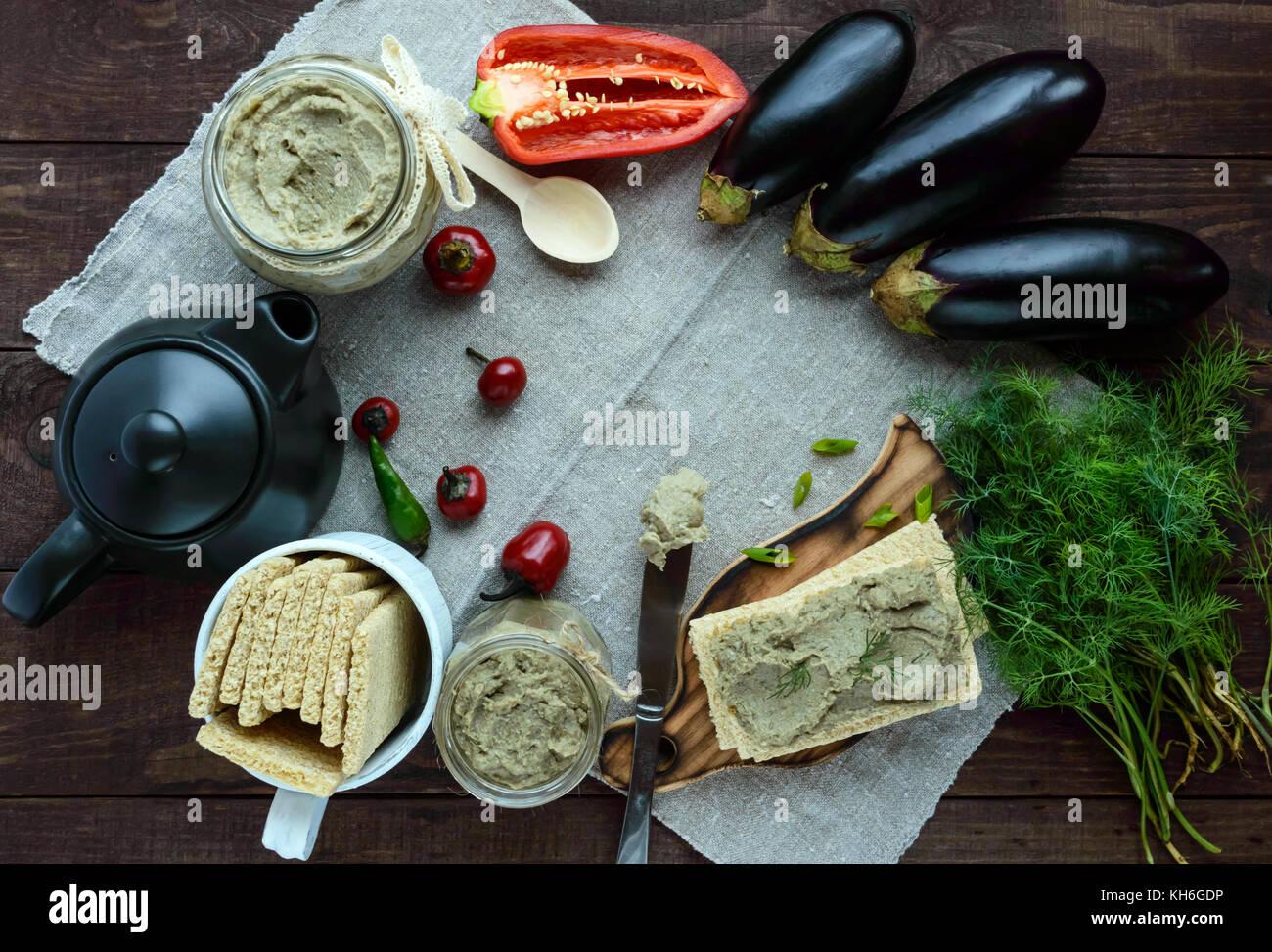 Dolci di pasta, pasta da la melanzana. Piatto dietetico. mettere su un croccante di dieta ipocalorica pane fitness. Immagini Stock