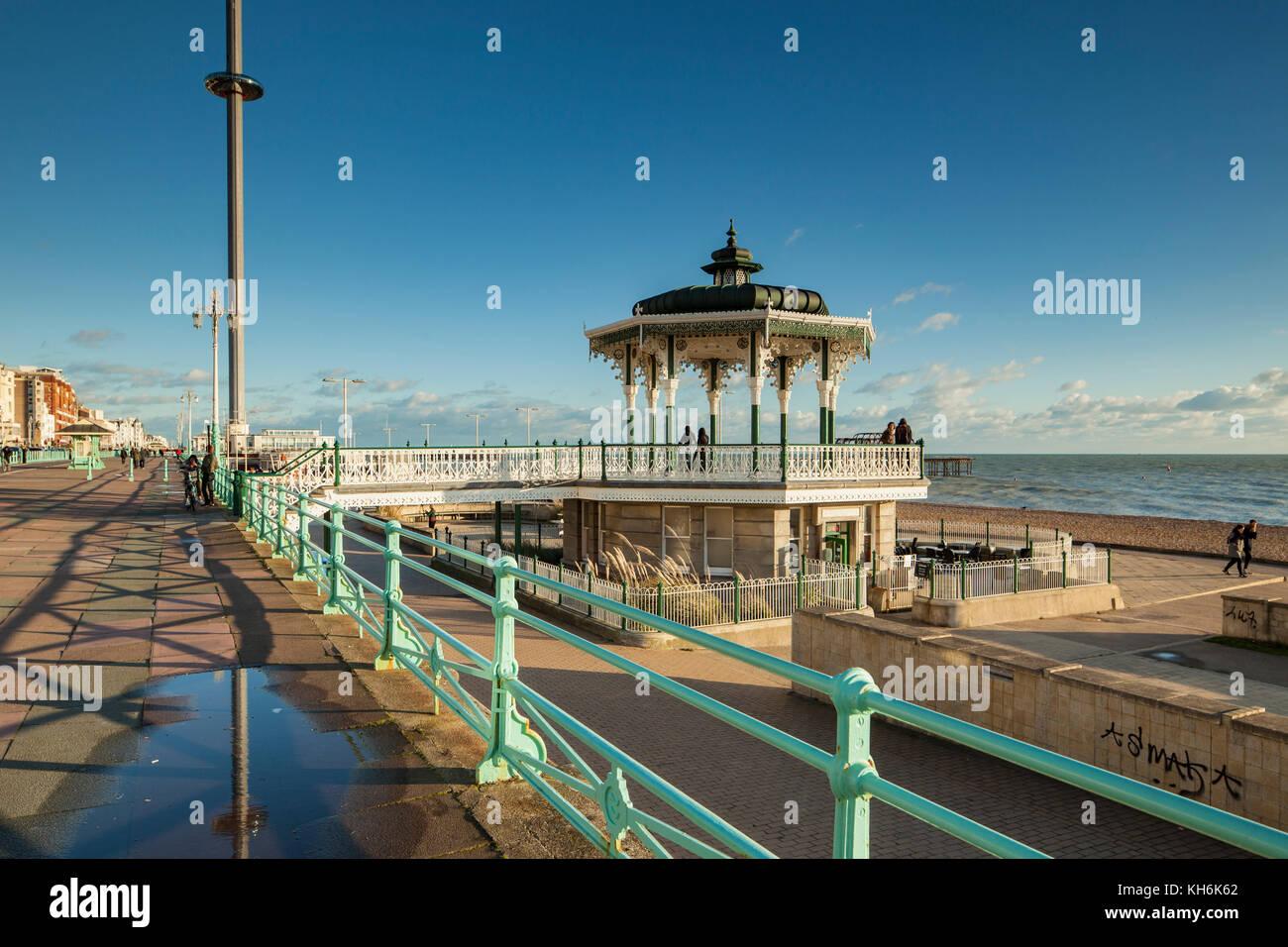 Pomeriggio autunnale sul lungomare di Brighton. il palco per spettacoli e i360 torre in distanza. Immagini Stock