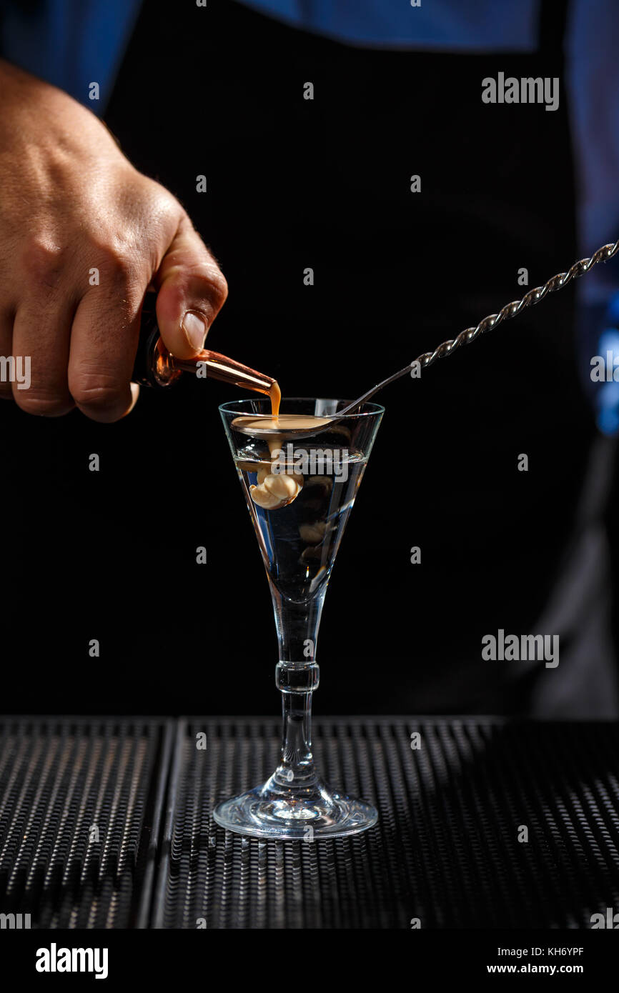 La barista cervello rende shot drink Immagini Stock