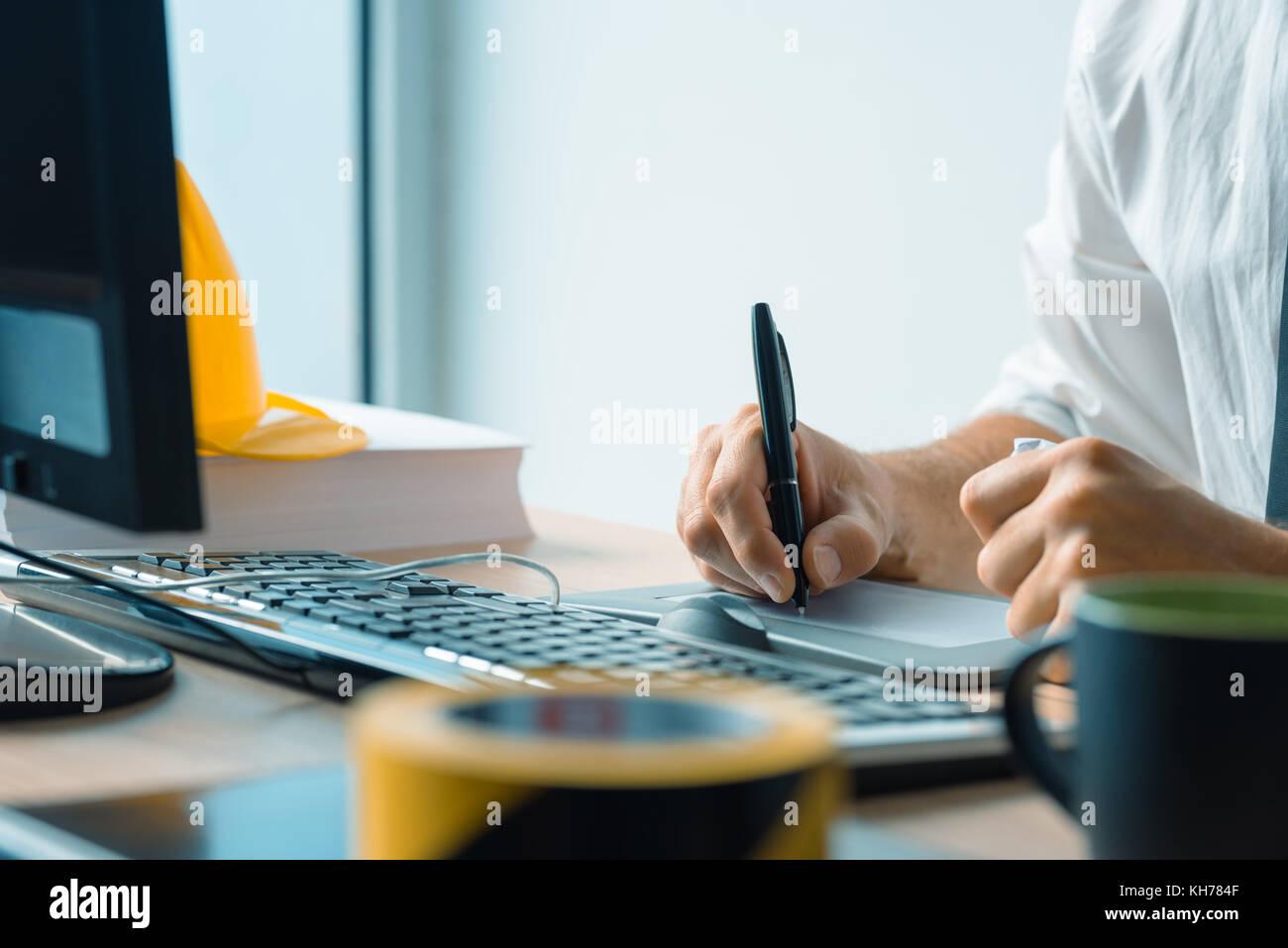 Interior design professionale di lavoro sulla tavoletta grafica sketch pad in studio di architettura di Office Immagini Stock