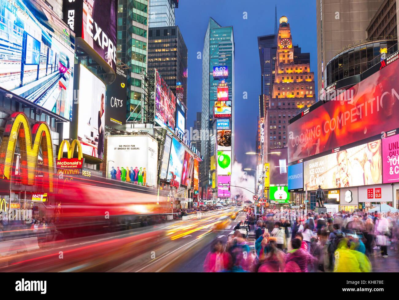 New York Stati Uniti New York Times Square di notte occupato affollate di turisti durante la notte Manhattan New Foto Stock