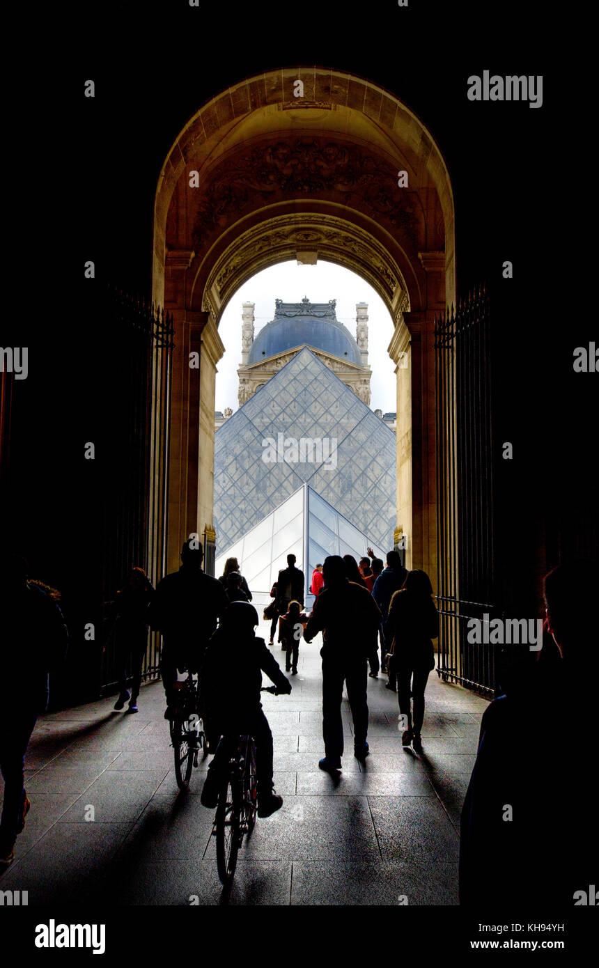 Parigi, Francia. palais du Louvre. arco che conduce alla cour Napoleone e la piramide Immagini Stock