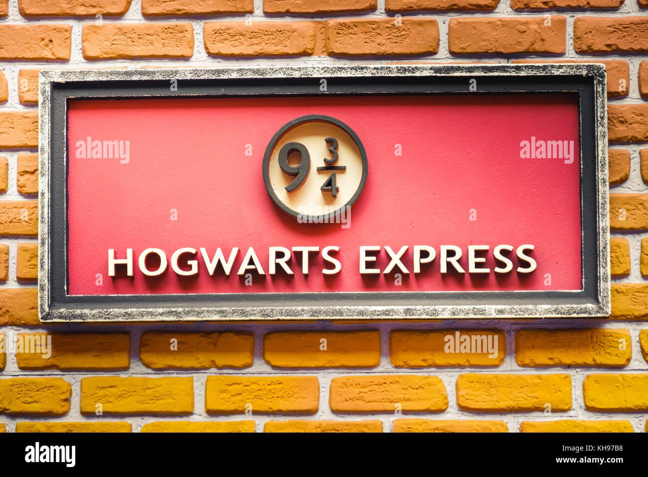 Segno della famosa 9 e tre quarti di piattaforma della scuola di Hogwarts Express treno dalla saga di Harry Potter Immagini Stock