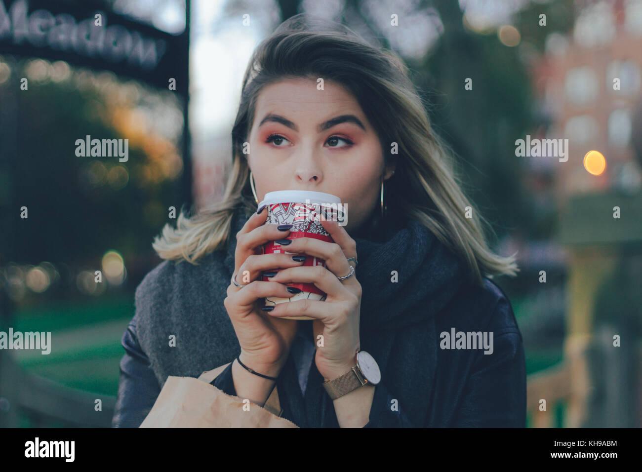 Ragazza gustando un caffè dopo lo shopping Immagini Stock