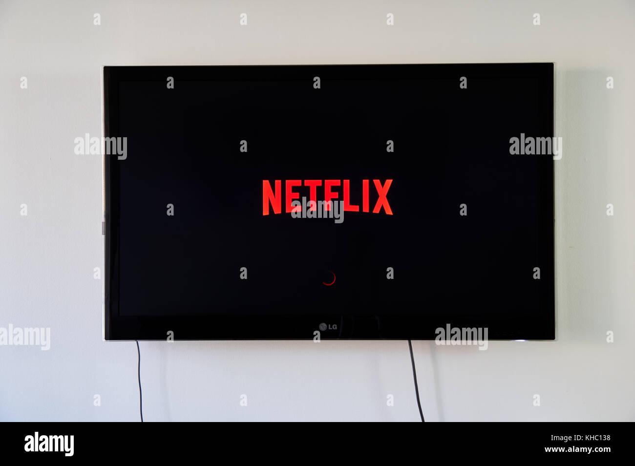 Montreal, Canada - 15 novembre 2017: logo Netflix su lg tv. Netflix è un americano entertainment company fondata Immagini Stock