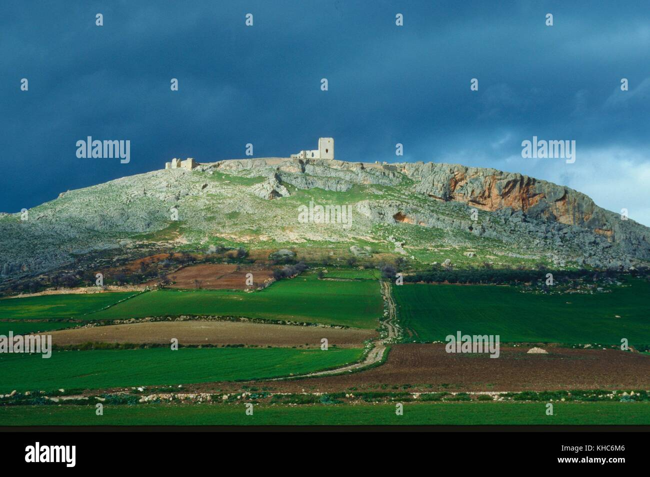 Castello, le rovine, Castillo de la Estrella, sulla collina, cloudes, teba, provincia di Malaga, Spagna.Caption Immagini Stock