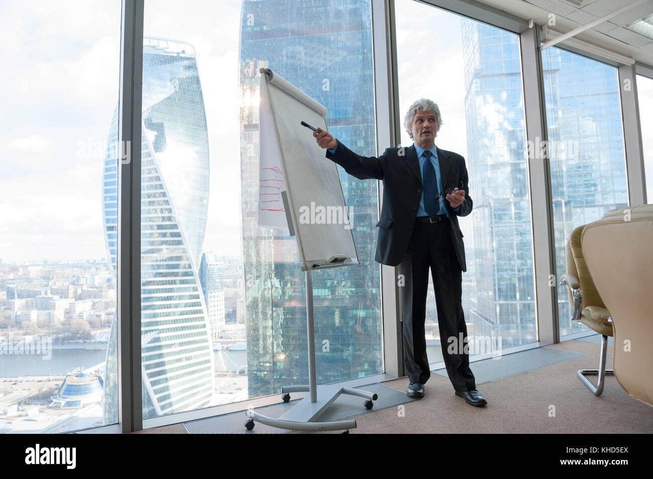 Coppia uomo d affari facendo una presentazione Immagini Stock