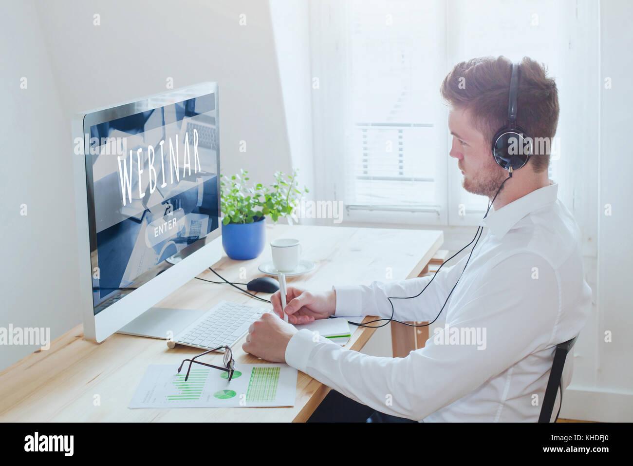 Imprenditore che partecipano webinar online, istruzione su internet, l'e-learning concept Foto Stock