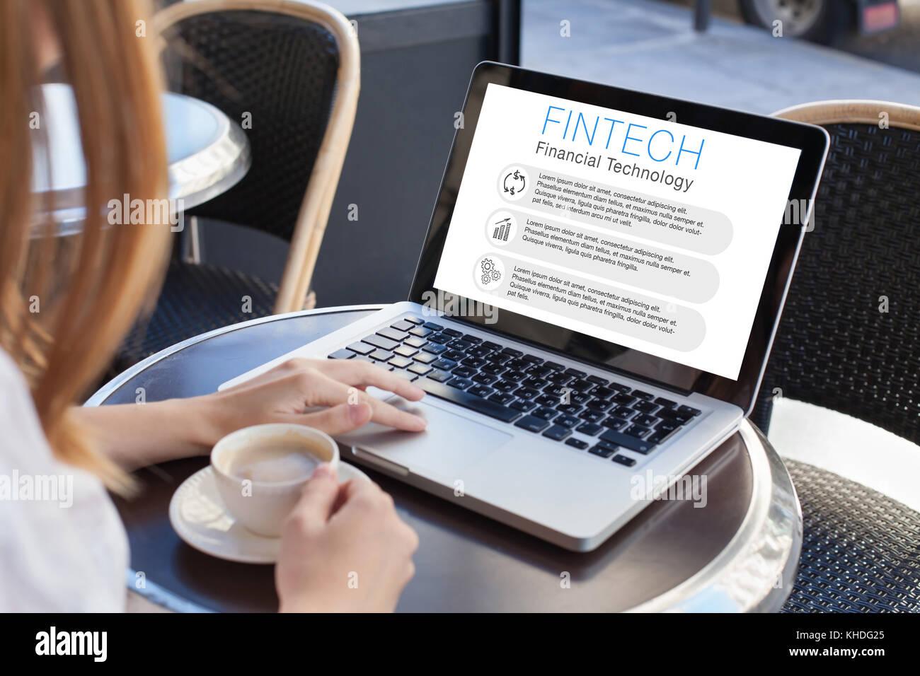 Concetto di fintech, donna lettura circa la tecnologia finanziaria sullo schermo del computer Immagini Stock