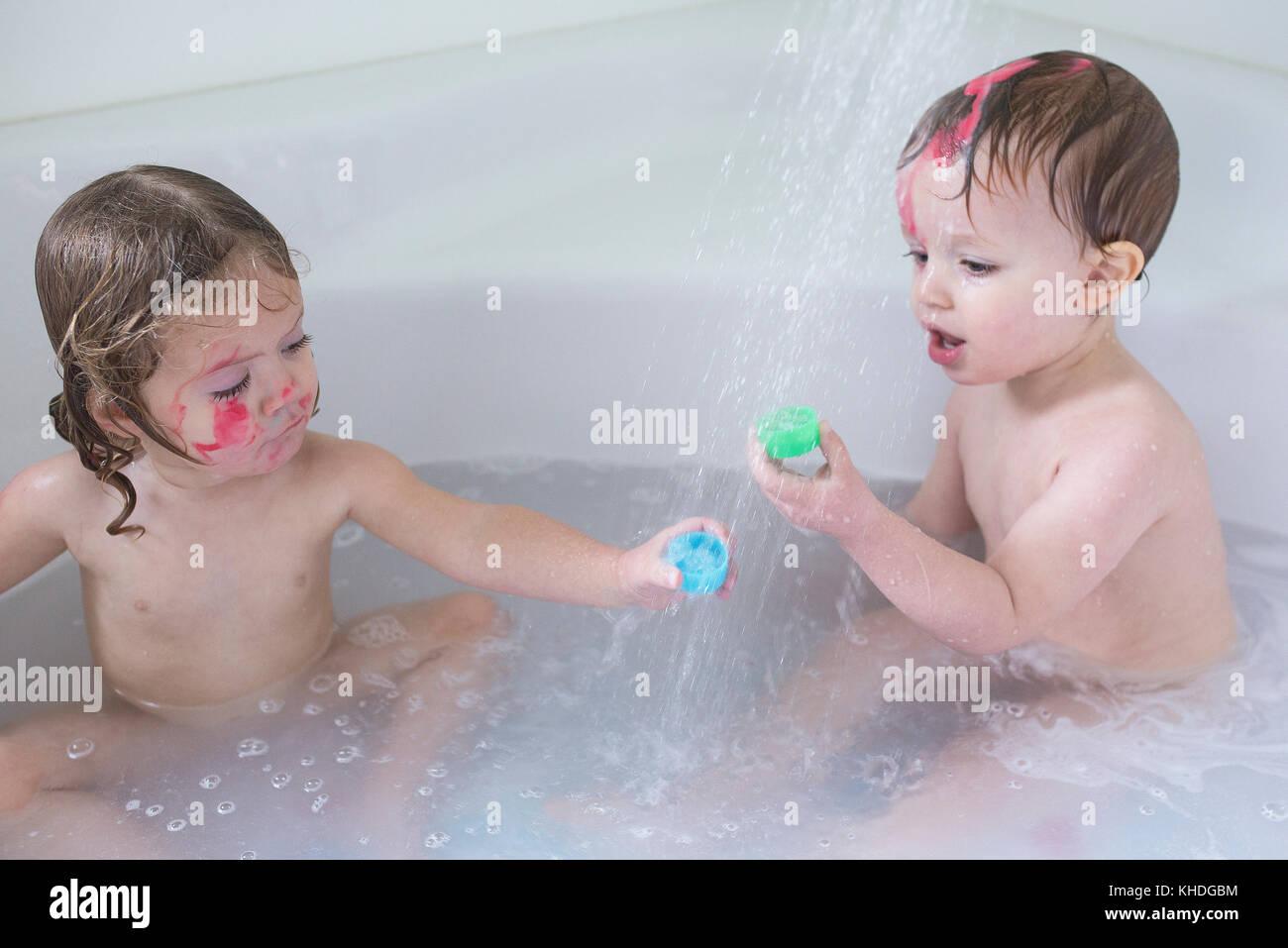 Bambino Nella Vasca Da Bagno.Bambini Che Giocano Nella Vasca Da Bagno Foto Stock Alamy
