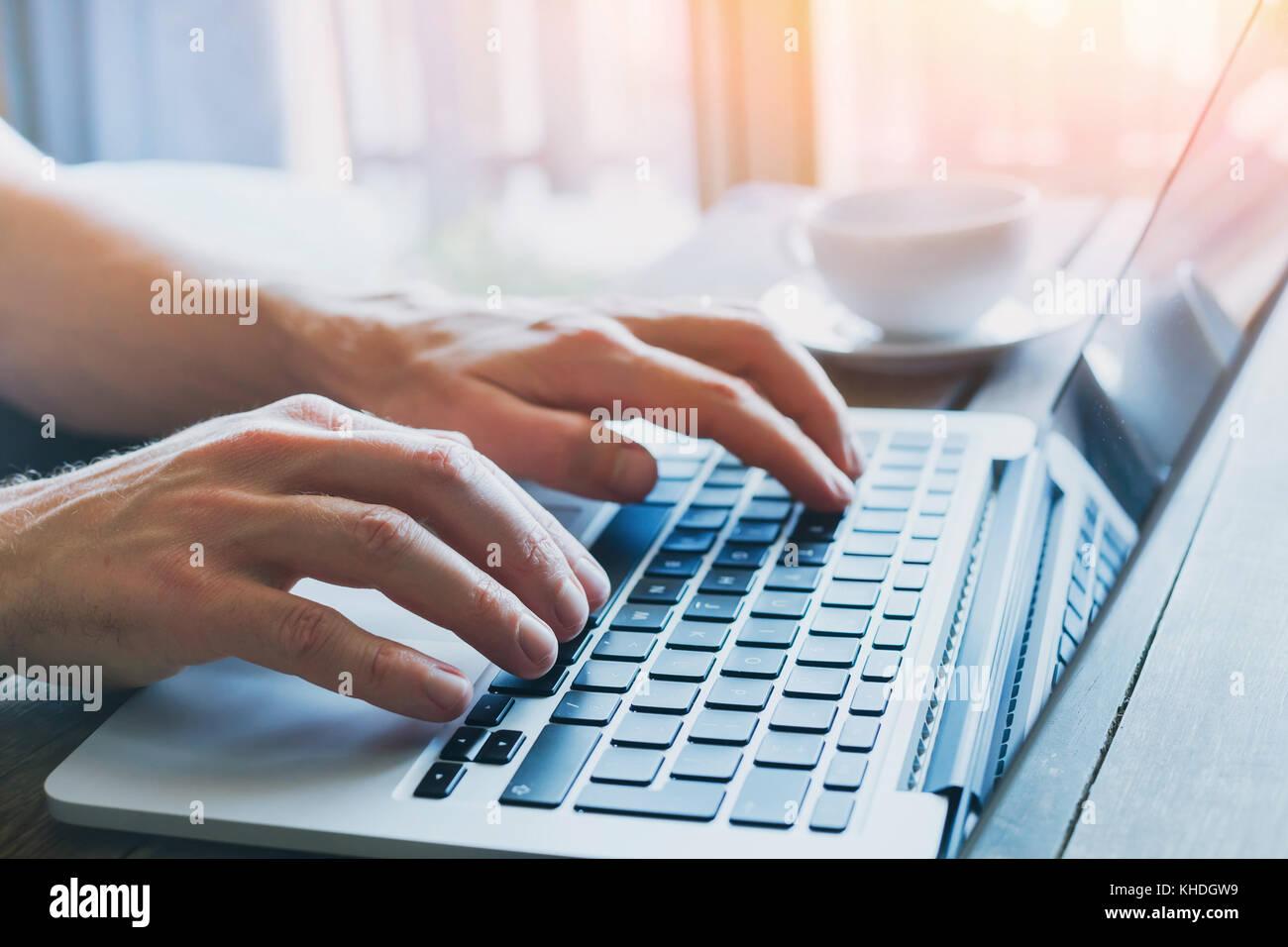 Close up delle mani della persona d'affari lavorando sul computer, l'uomo utilizza internet e i social media Immagini Stock
