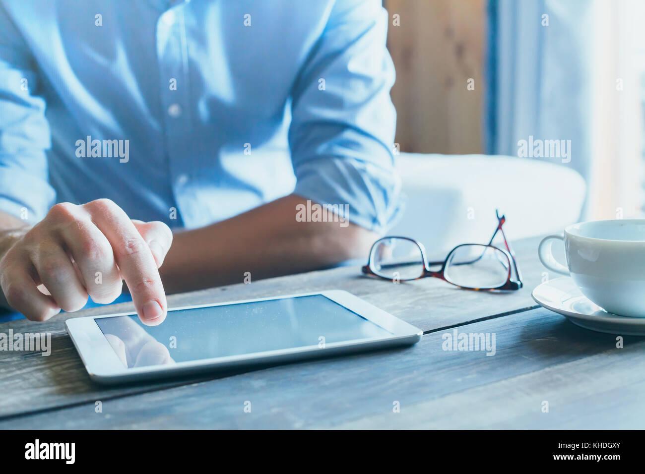 Uomo con tavoletta digitale computer, stretta di mano, business e tecnologia con uno sfondo con spazio di copia Immagini Stock