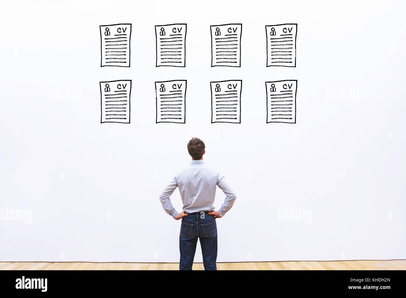Human Resource Manager guardando molti diversi cv riprendere e scegliendo la persona ideale per il noleggio Immagini Stock