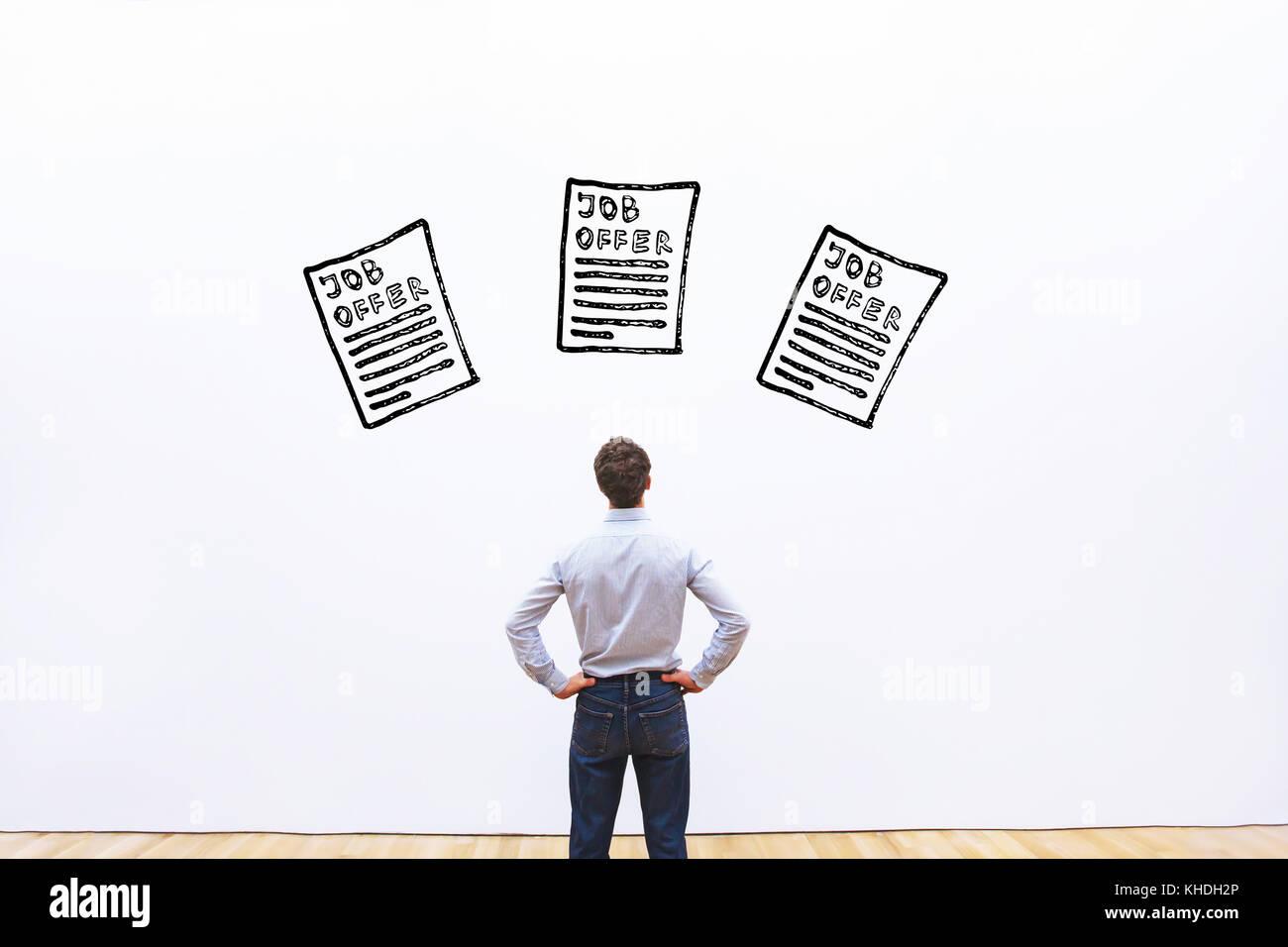 La scelta di carriera concetto, uomo d affari guardando alla scelta di molte offerte di lavoro Immagini Stock