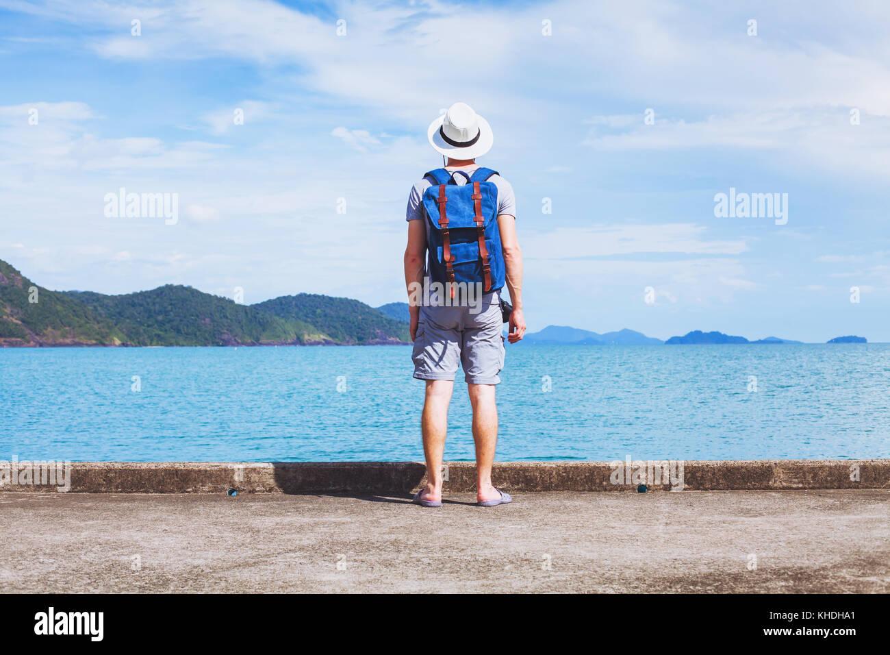 Tourist traveler con zaino pronto per la nuova avventura di viaggio, sfondo con spazio di copia Immagini Stock