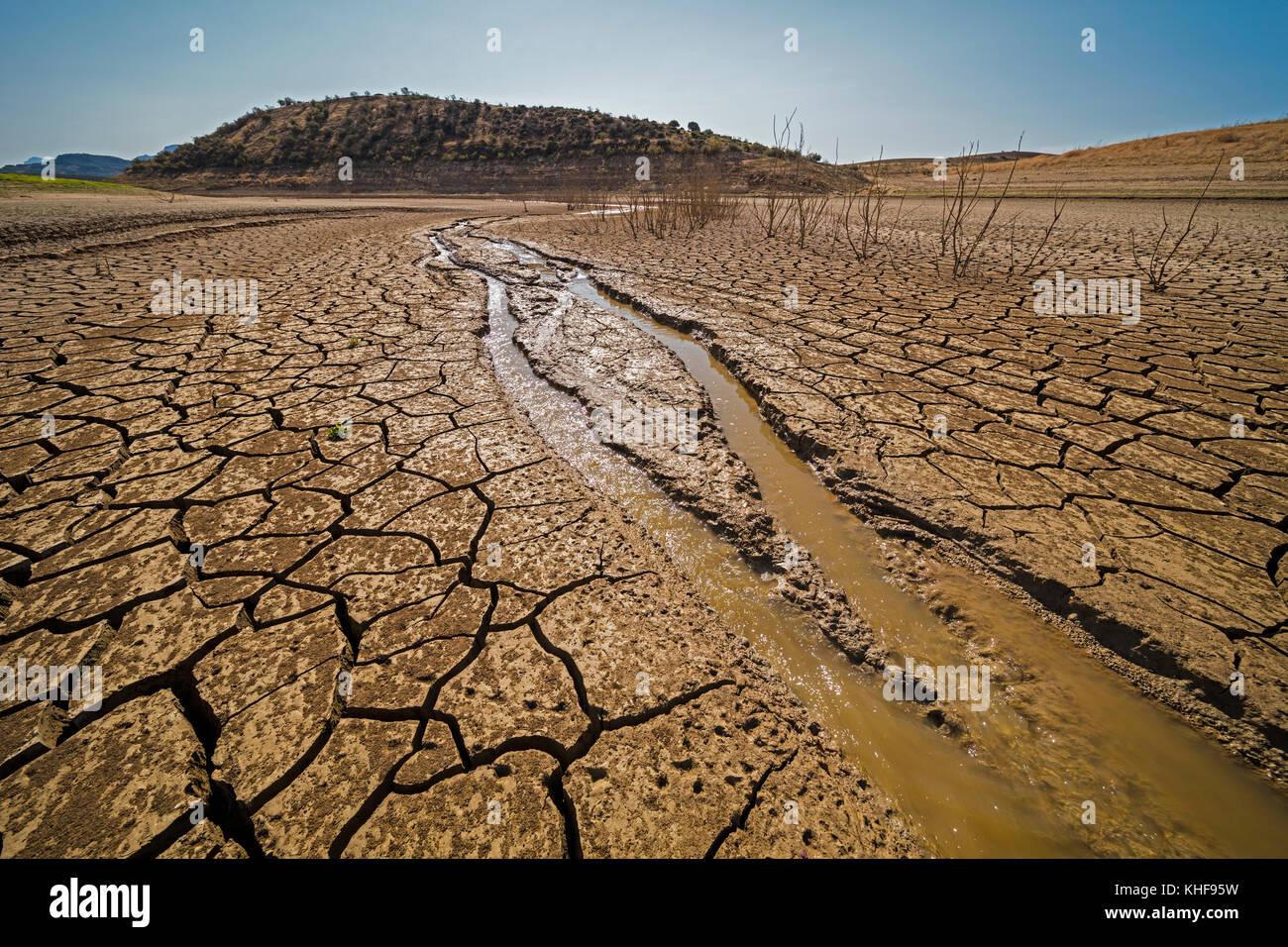 Vicino a Ardales, provincia di Malaga, Andalusia, Spagna meridionale. Stato di ingresso alla diga Guadalteba-Guadalhorce in ottobre 2017 dopo la calda estate con no ra Foto Stock