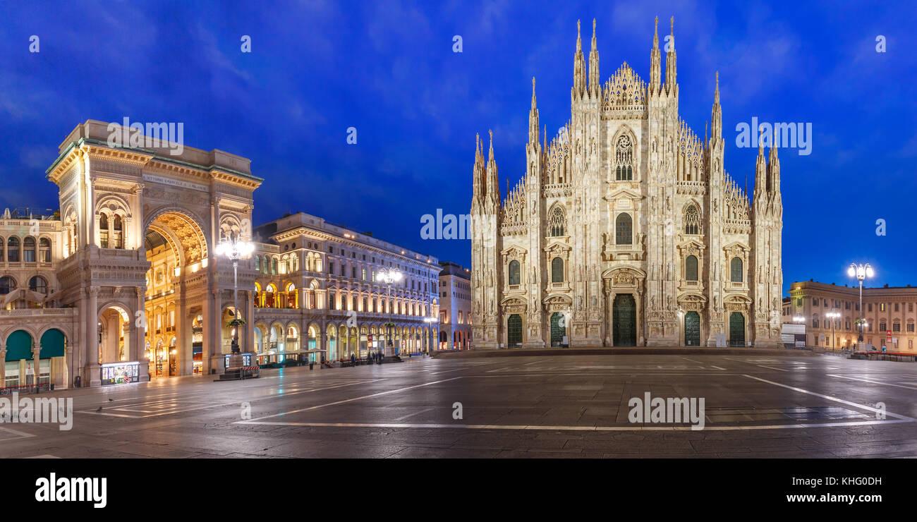 Panorama di notte la piazza del duomo di Milano, Italia Immagini Stock