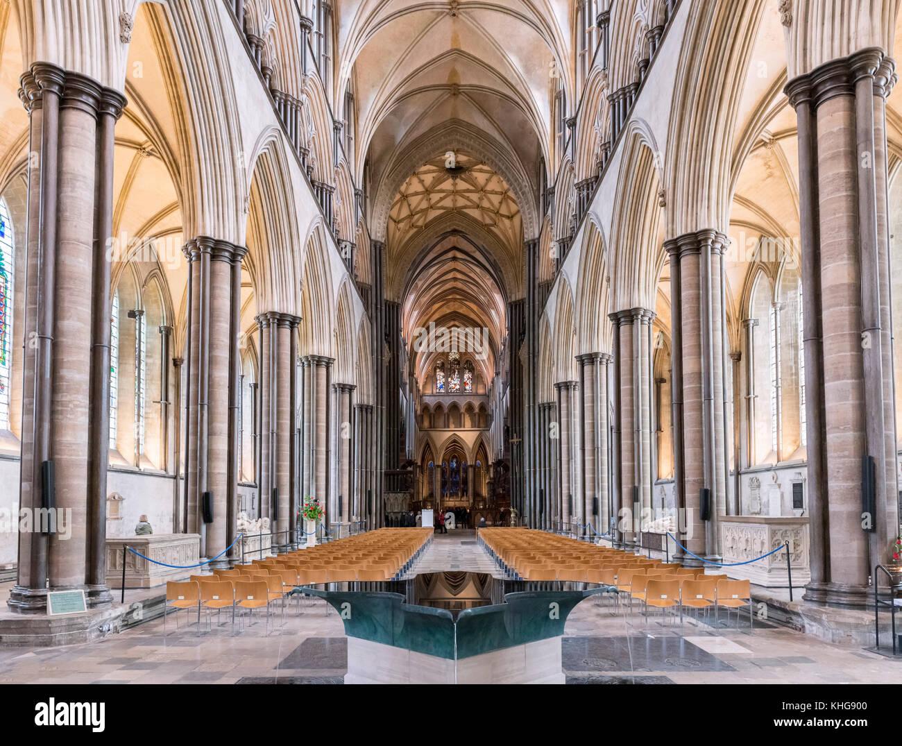 Navata della Cattedrale di Salisbury con il fonte battesimale in primo piano, Salisbury, Wiltshire, Inghilterra, Immagini Stock