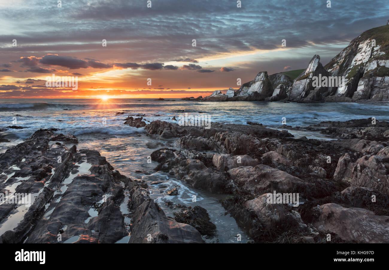 Il tramonto visto da Westcombe Bay nel Sud i prosciutti di distretto di Devon Immagini Stock