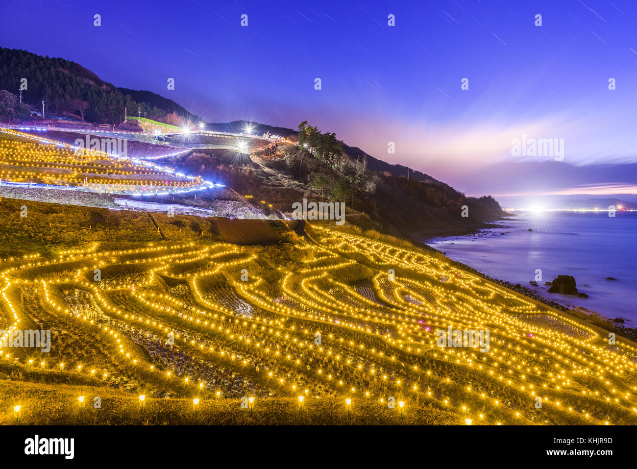 Wajima, Giappone a Shiroyone Senmaida terrazze di riso della notte si illuminano. Immagini Stock