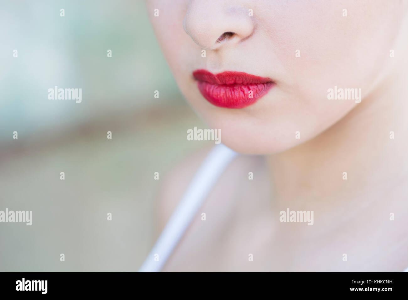 Close up di un volto di donna che indossa un rossetto rosso Immagini Stock a74af097fa0e