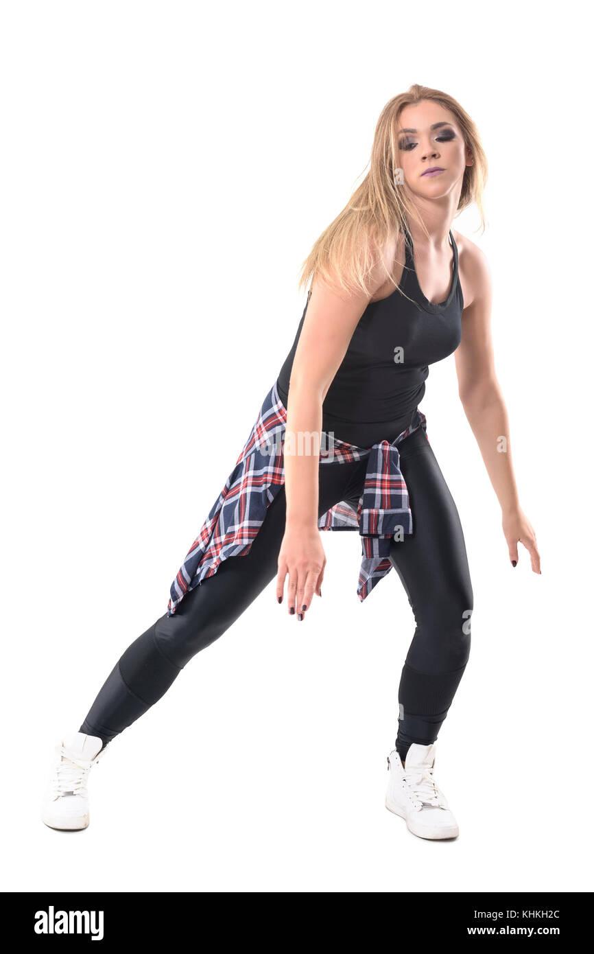 Attraente donna caucasica facendo ballerino di danza jazz aerobica in  street style vestiti. corpo pieno fe5c47314d9b