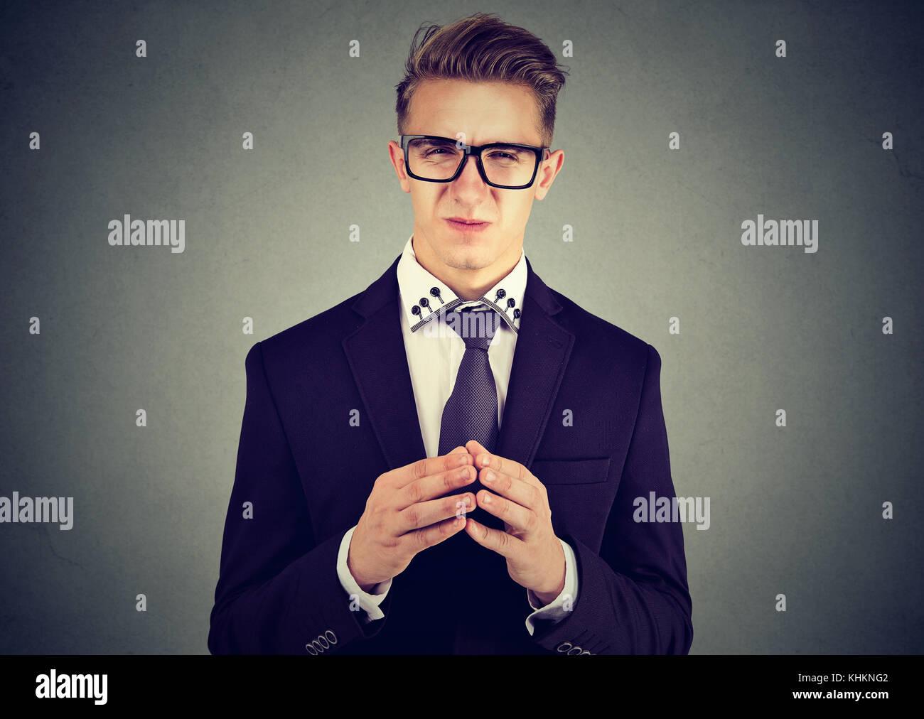 Sly business man in bicchieri guardando la fotocamera Foto Stock