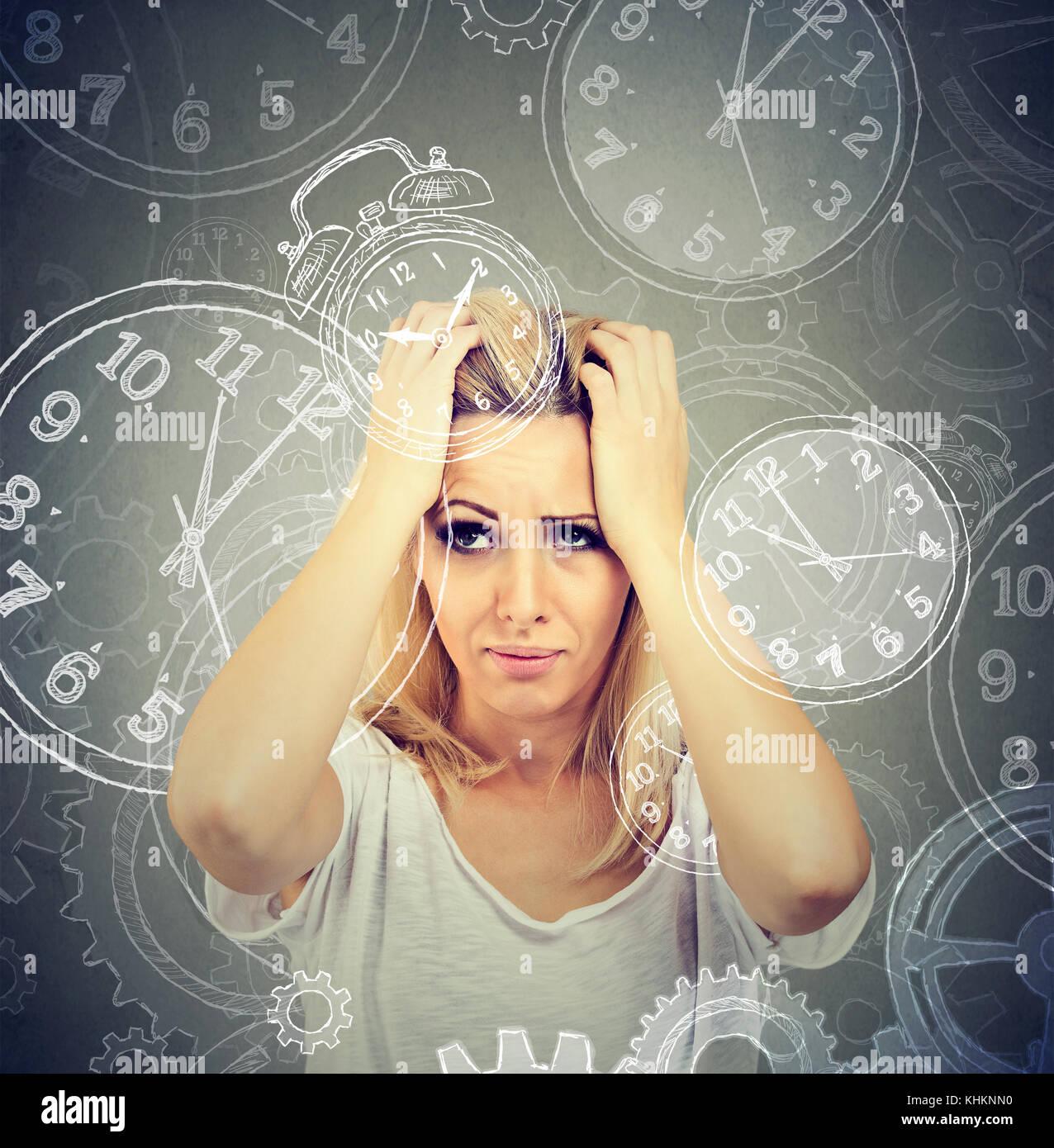 Donna sovraccaricato da troppi appuntamenti e la mancanza di tempo Immagini Stock