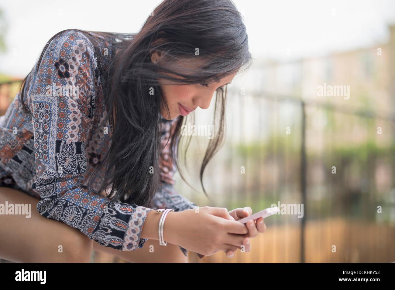 Giovane donna con il suo smart phone Immagini Stock