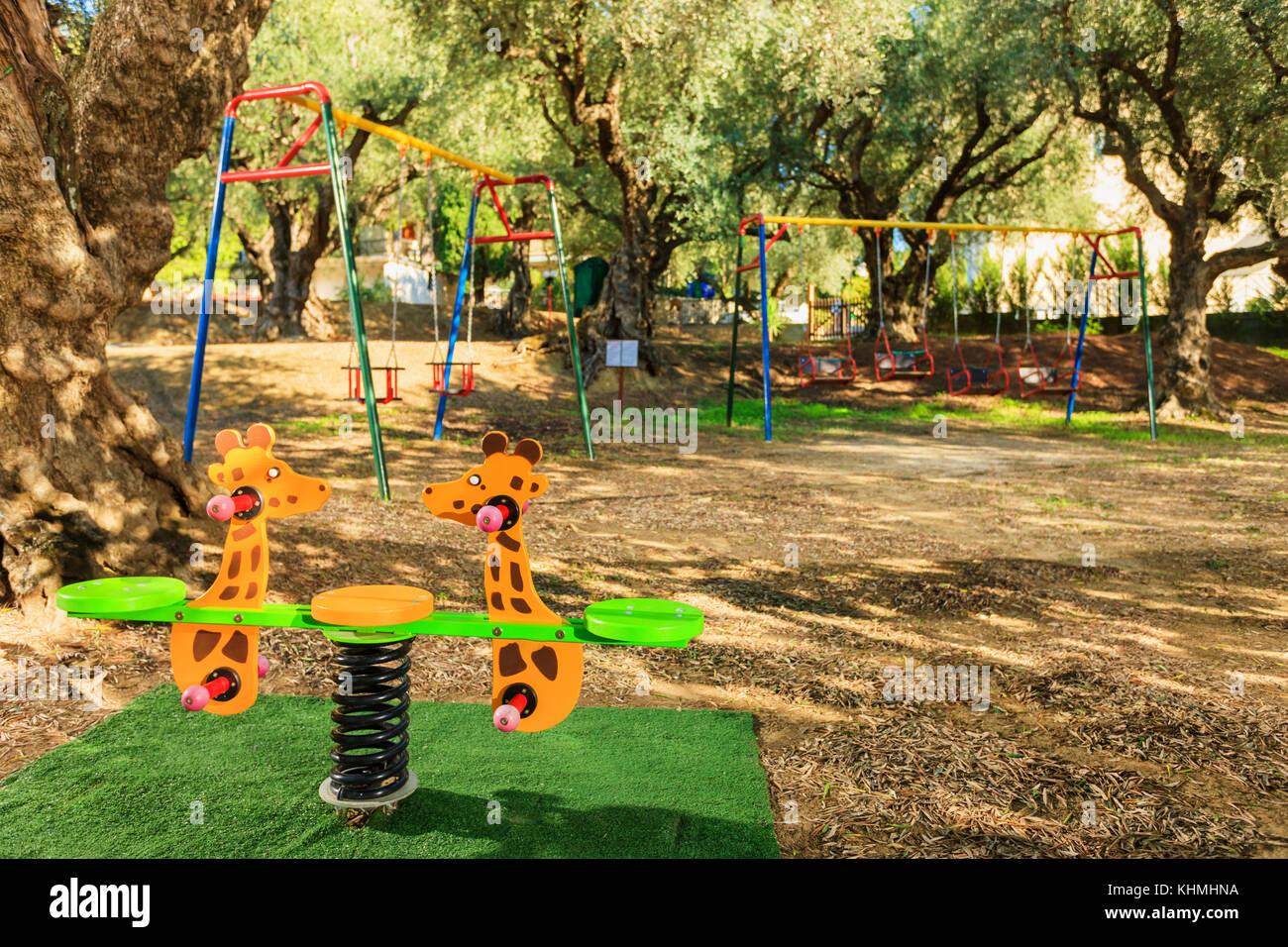 Giochi Per Bambini In Giardino moderno parco giochi per bambini in un bellissimo giardino