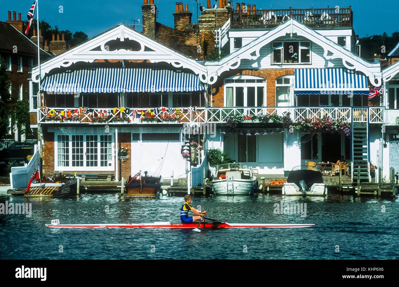 Vogatore vele passato case sul lungomare di thh a Henley on Thames. Immagini Stock