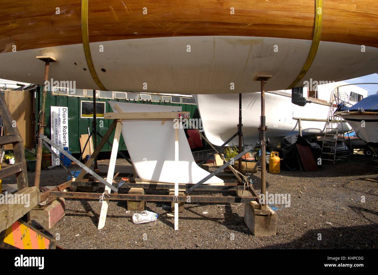AJAXNETPHOTO. 2010. BURSELDON, Inghilterra. - YACHT IL MIO SOGNO - chiglia essendo montato.scafo di abbassamento Immagini Stock